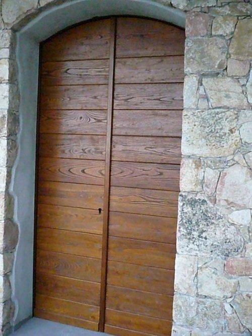 un portone in legno di una casa in pietra