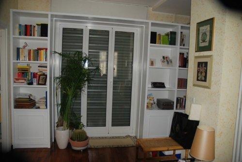 interno di un appartamento con vista di una finestra con la tapparella abbassata