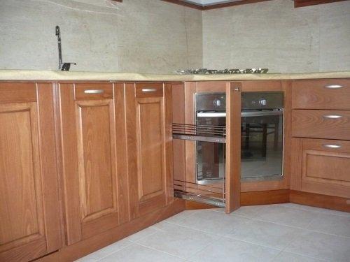due ante in legno di un mobile da cucina con sgocciolatoio