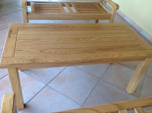 due panche e un tavolino in legno