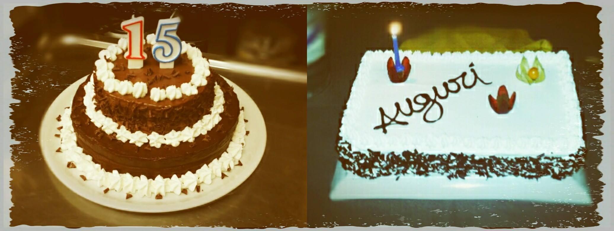 Una torta al cioccolato con una candela a forma di numero 15 e sulla destra un'altra farcito con panna e cioccolato con scritto Auguri e una candela