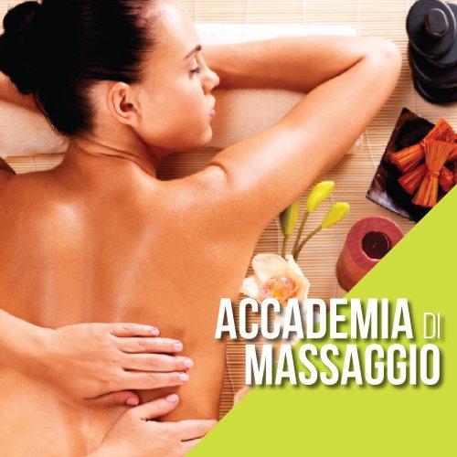una donna sdraiata con la pancia in giù e due mani mentre fanno un massaggio