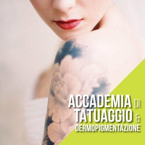 braccio di una donna con dei tatuaggi