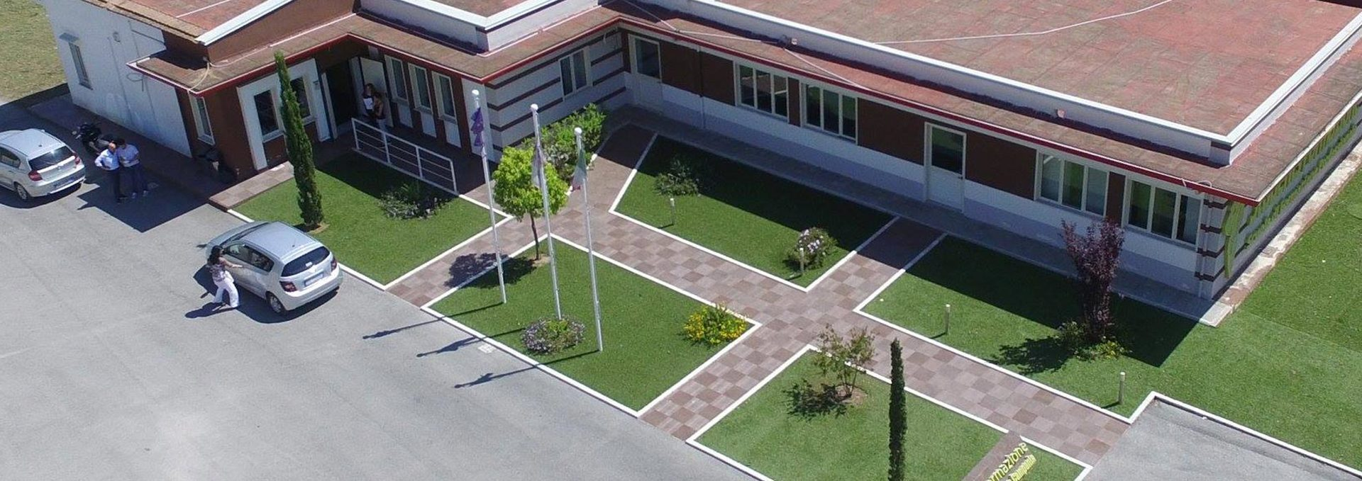 un edificio vista dall'alto con del prato attorno