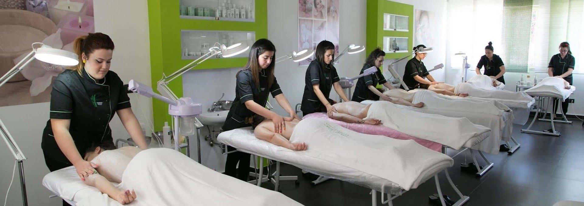 delle ragazze mentre praticano dei massaggi in una scuola estetica