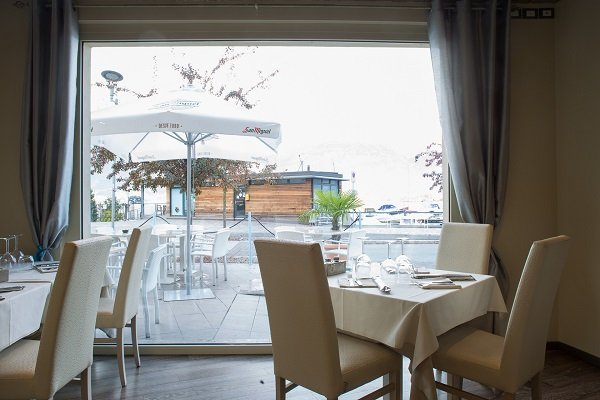 terrazzo con tavoli e sedie