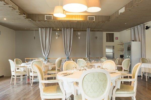 tavoli e sedie della sala interna del ristorante