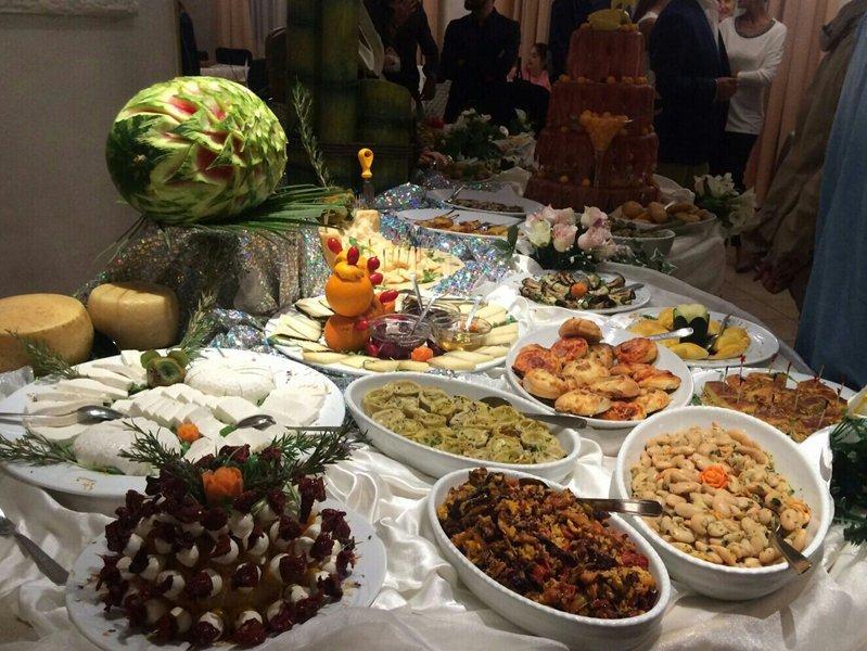 buffet di portate dolci e salate