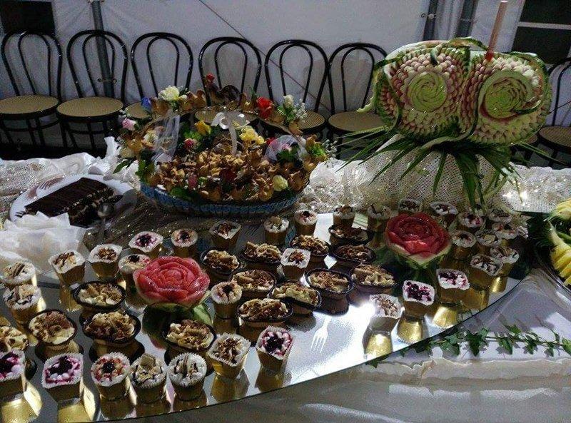 tavolo apparecchiato con dolci