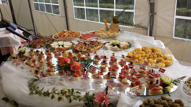 tavolo apparecchiato con antipasti di pesce