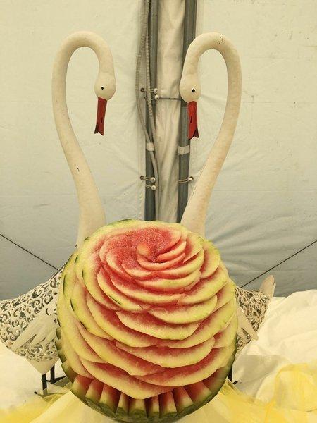 scultura di frutta a forma di cigno