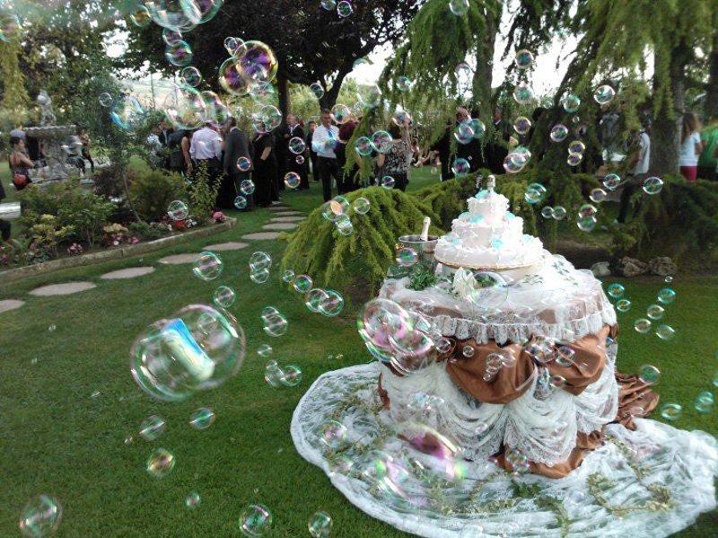 giardino con tavolo decorato e torta nuziale