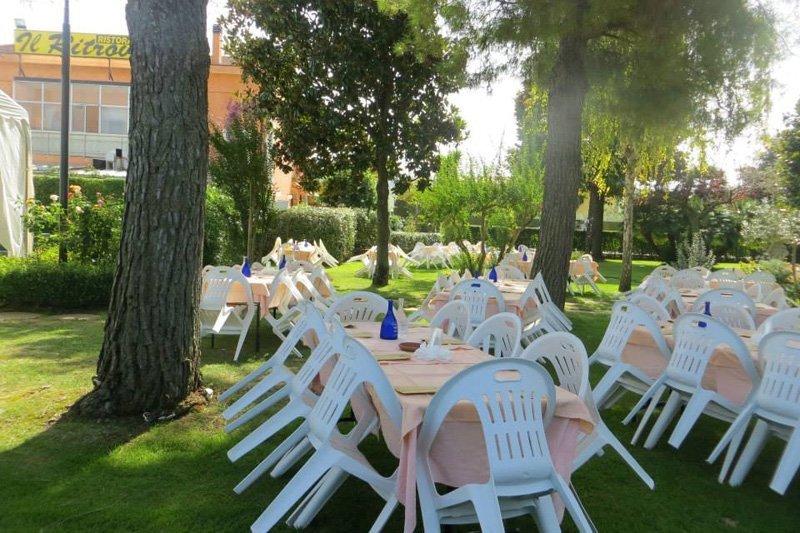 tavoli e sedie in giardino