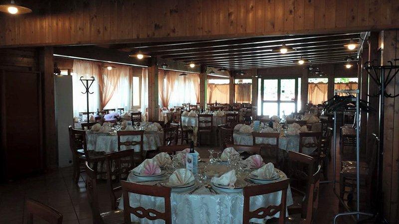 sala interna del ristorante con tavoli apparecchiati