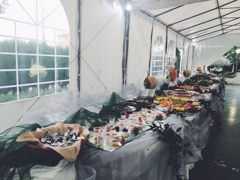 buffet di piatti dolci e salati