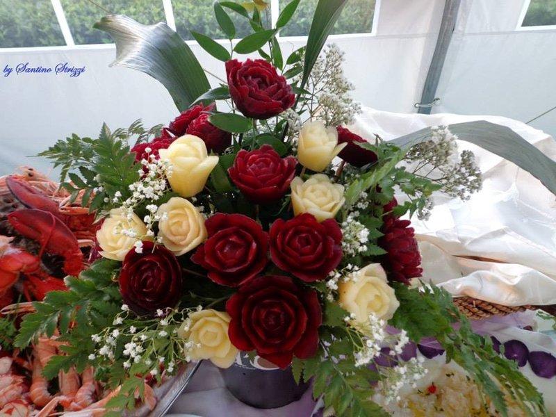 centrotavola di rose rosse e bianche