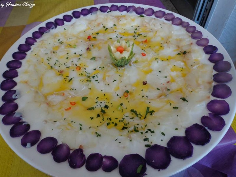 torta decorata con fiori edibili