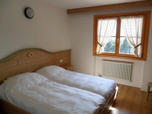 vista laterale di una camera da letto
