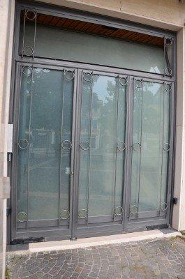 tre porte finestre di color viola