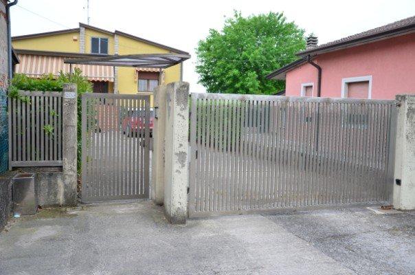 un cancelletto  e un cancello in ferro