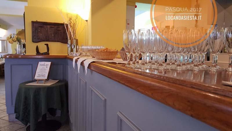 set di bicchieri da vino appoggati sopra un mobile