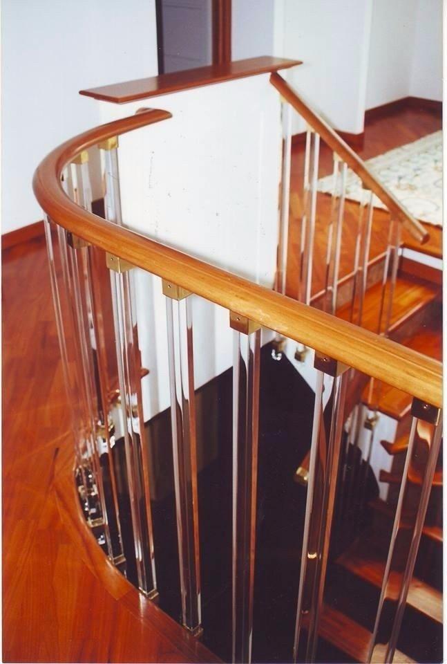 Ringhiera in perspex con mancorrente in legno