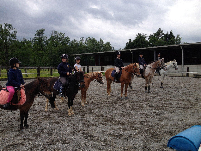 bambini a cavallo pronti per una gara di equitazione