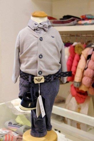 un manichino con completino blu della marca Armani Jeans Junior