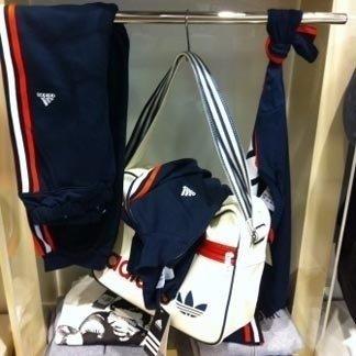 una borsa e un tuta della marca Adidas