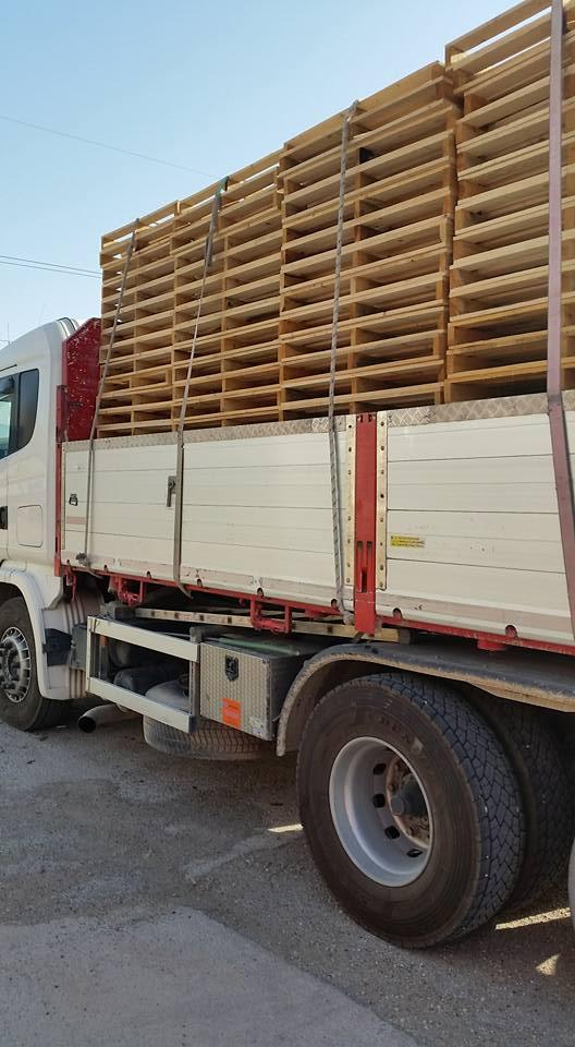 camino carico di legname