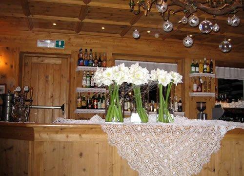 bancone in legno con fiori bianchi sopra