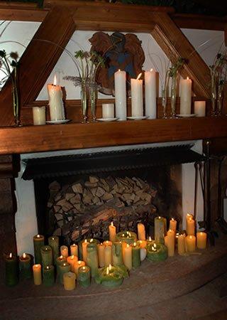 caminetto con candele sul bancone