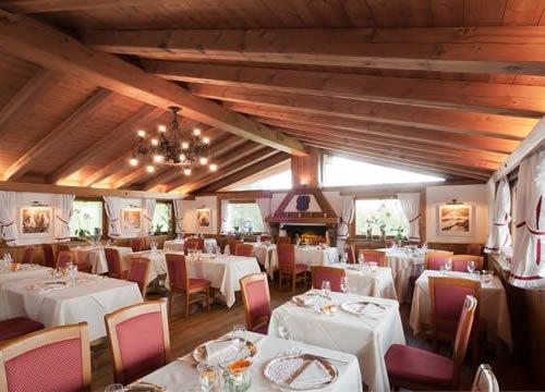 sala del ristorante  con lampadario acceso