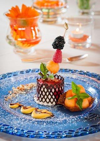 piatto dessert ai frutti di bosco biscotti e frutta