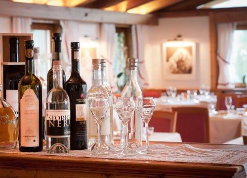 bottiglie sul bancone del ristorante