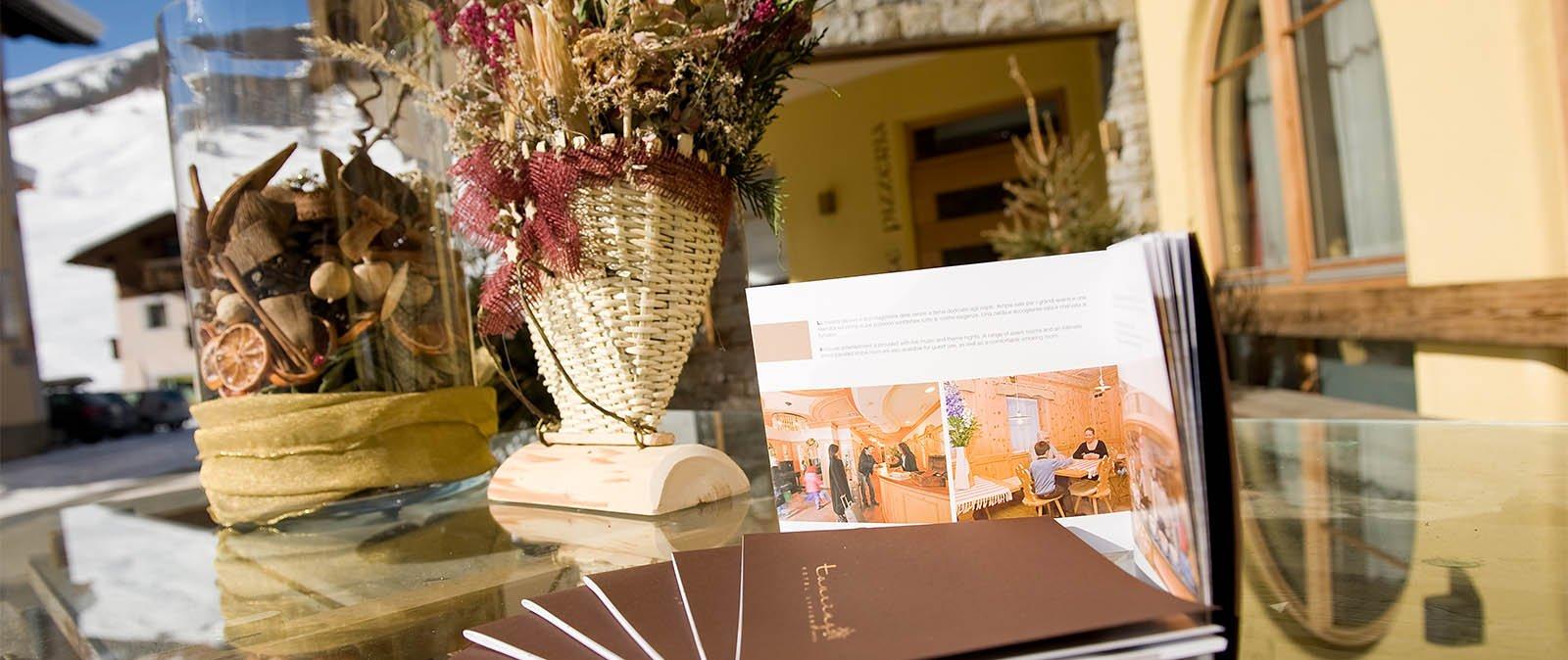 un tavolo con dei depliant dell albergo Touring