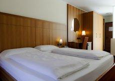 una camera con i muri rivestiti in legno