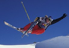 un ragazzo che fa un'acrobazia sugli sci