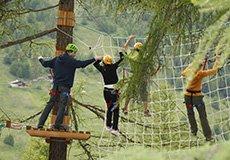 delle persone che si arrampicano su una rete