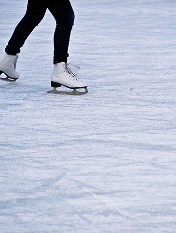 una donna che pattina sul ghiaccio
