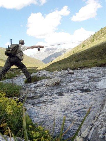 un uomo che pesca in un fiume