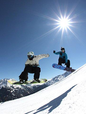 dei ragazzi sullo snowboard