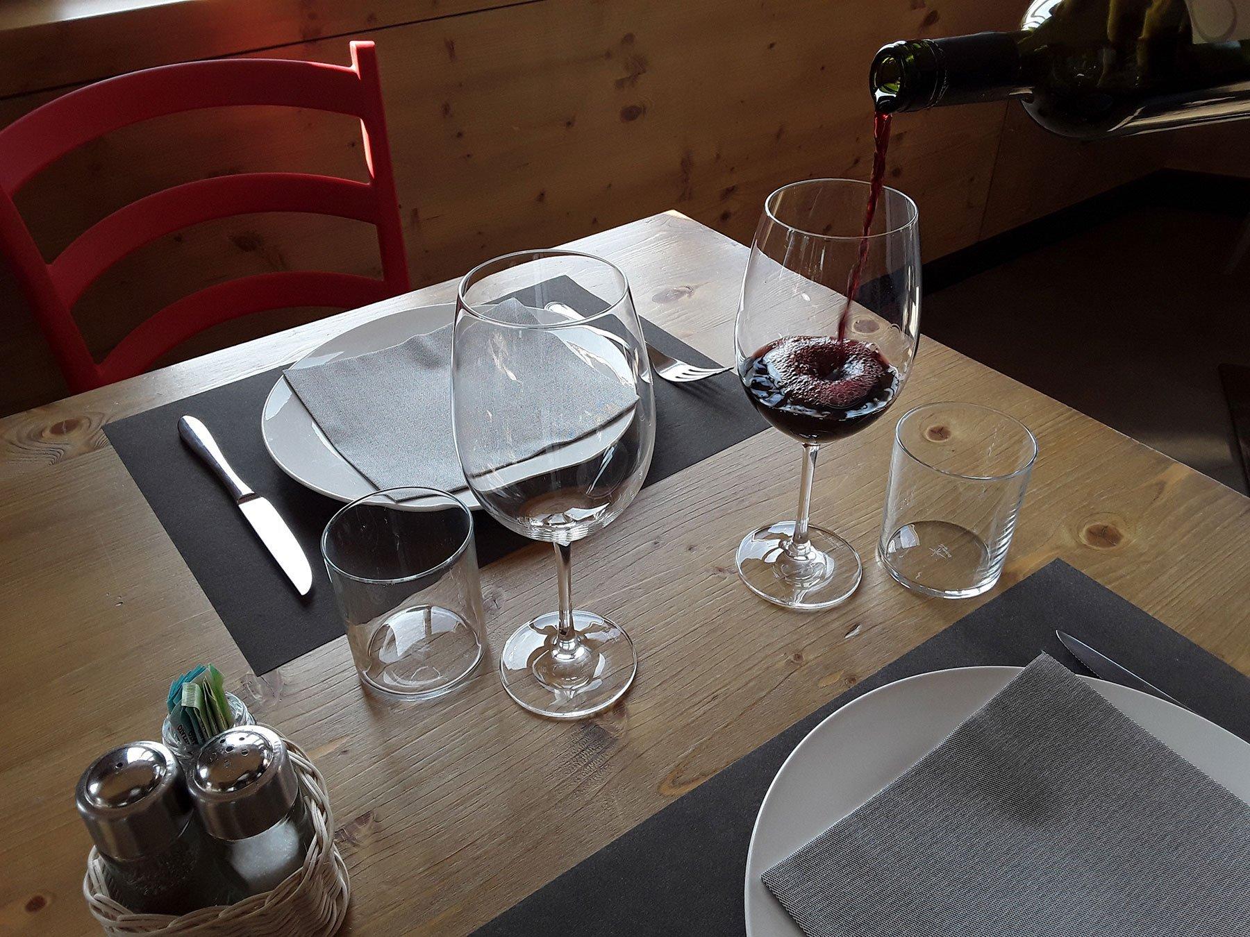 Riempiendo la coppa di vino