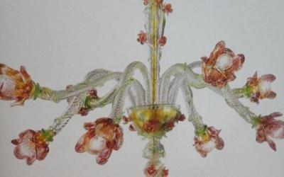 un lampadario con disegni a fiori rossi