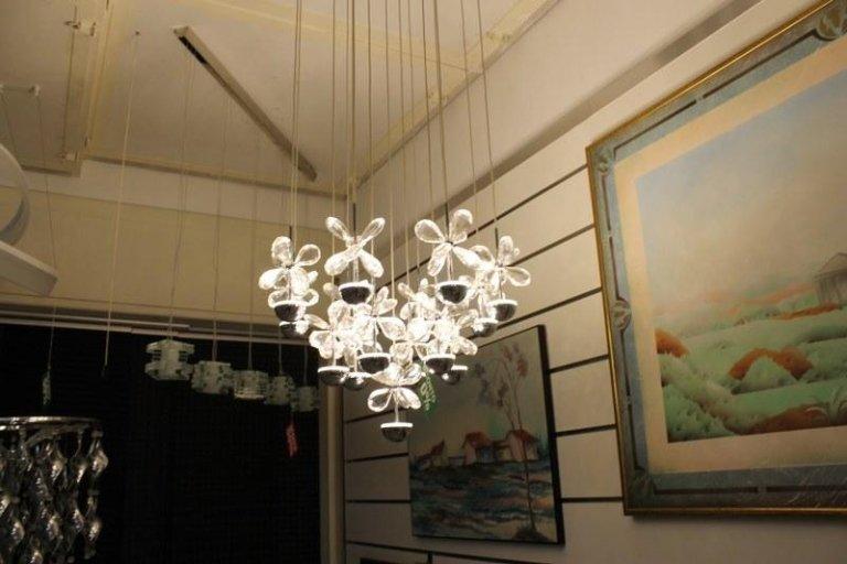 un lampadario a trifogli di cristallo