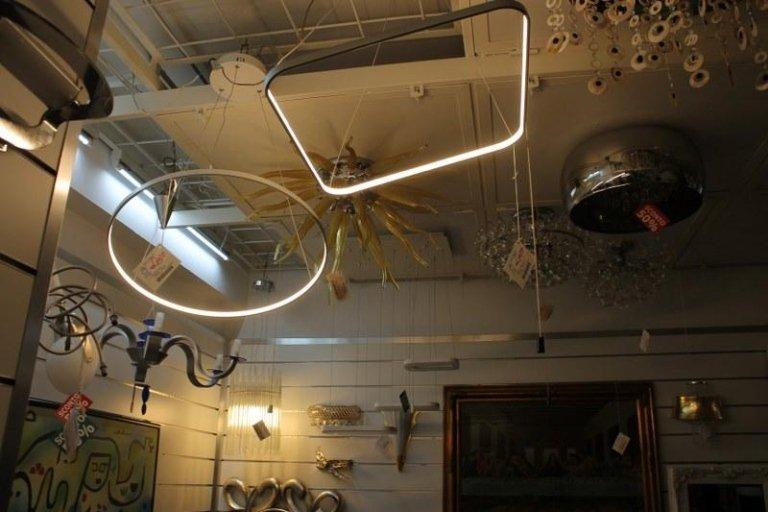 delle lampade a sospensione e lampadari in esposizione
