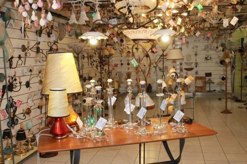 lampade e lampadari in esposizione