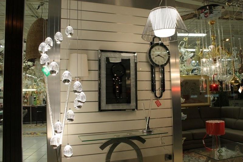uno specchio, un orologio lampadari e altro in esposizione