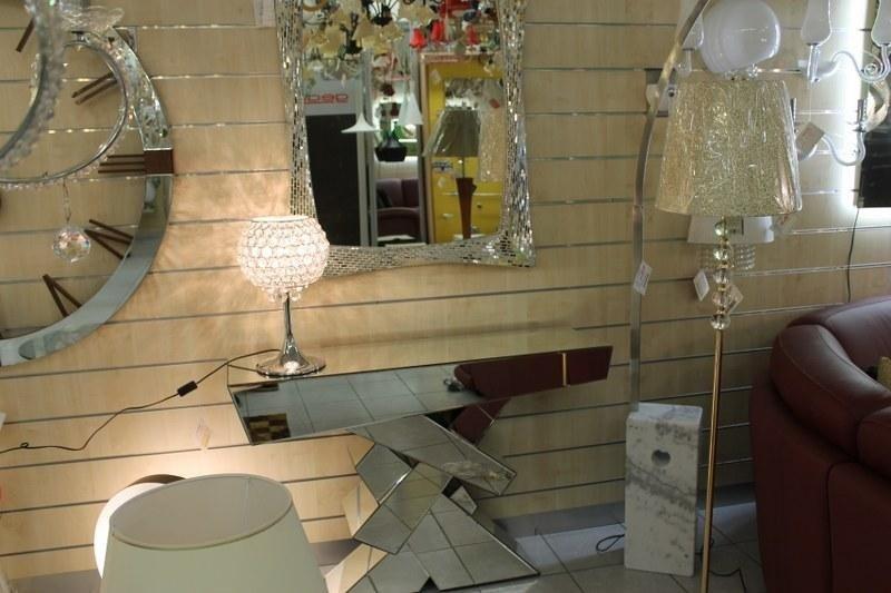 lampade da terra, uno specchio e alto esposto