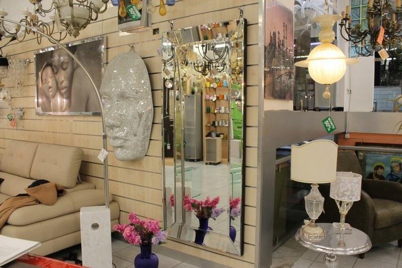 uno specchio, lampade e lampadari in esposizione